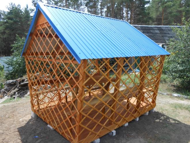 Материал: дерево, крыша – металлопрофиль, стол и 2 лавочки в комплекте. Цена 40 000 руб. Возможны разные размеры.